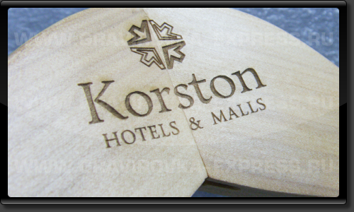Логотип на деревянной вешалке