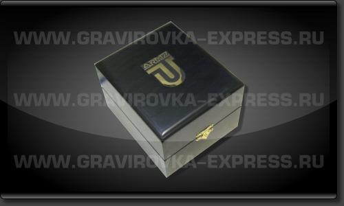 Шильд с логотипом установленный в крышку коробки из дерева