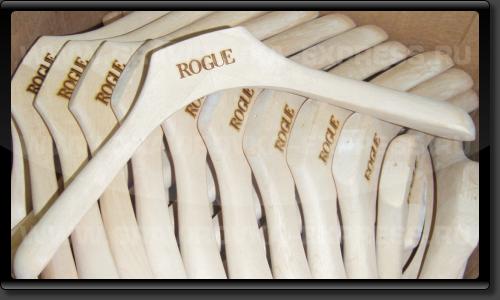 Вешалки из дерева с логотипом